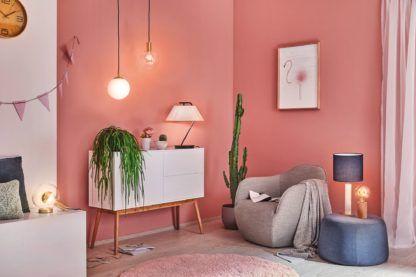 oświetlenie salonu brzoskwiniowe ściany