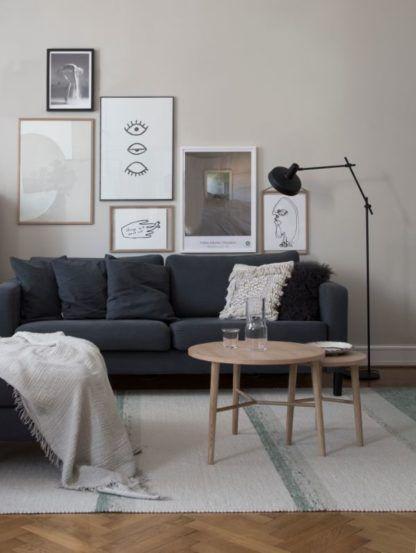 geometryczna lampa podłogowa w beżowym salonie