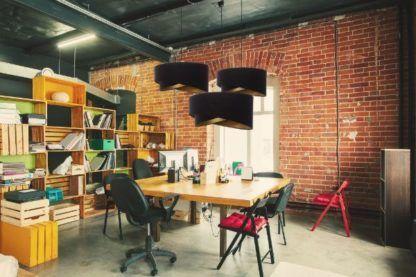 welurowa lampa nad stołem aranżacja