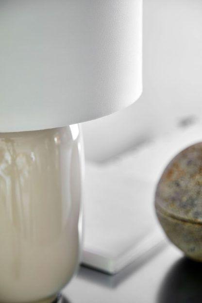 kremowa lampa stołowa z abażurem