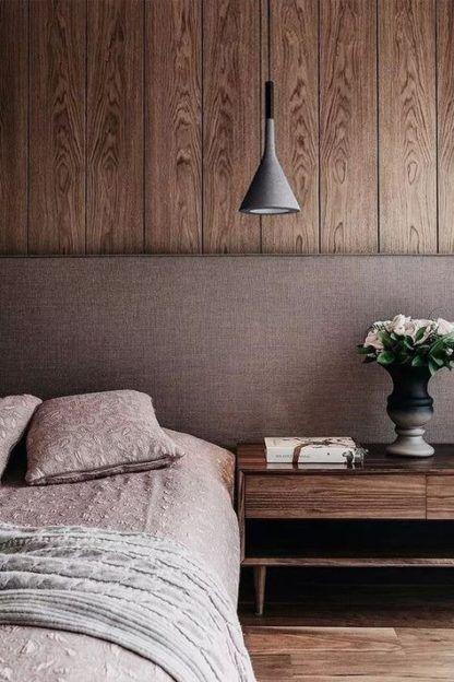 szara lampa wisząca na drewnianej ścianie