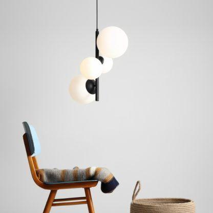 czarna lampa wisząca ze szklanymi kloszami pion