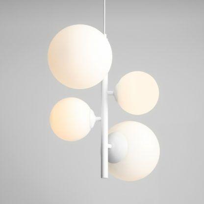 pionowa biała lampa wisząca klosze kule