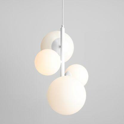biała lampa wisząca pionowa szklane klosze