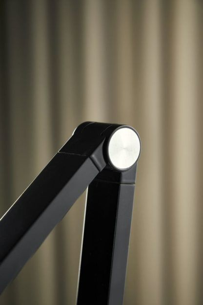 czarna regulowana lampa na biurko