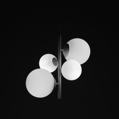 czarna lampa wisząca białe szklane klosze