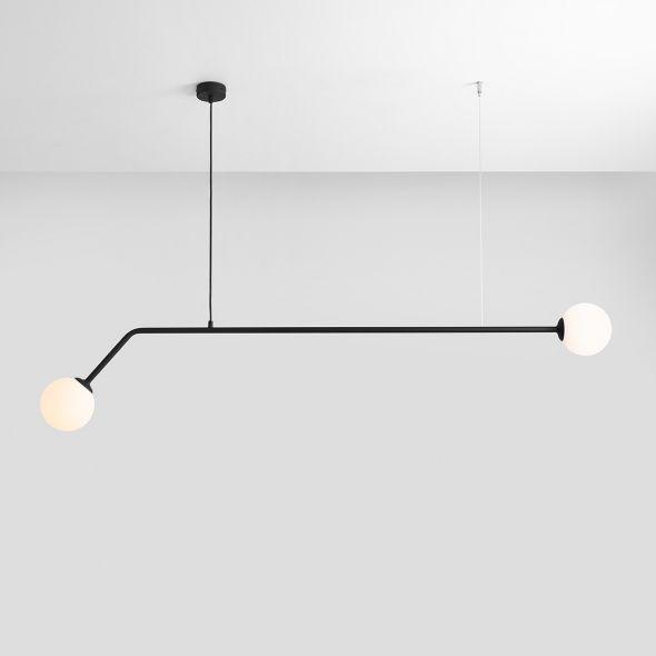 czarna lampa wisząca z białymi kloszami