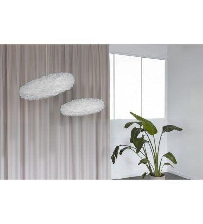 biała lampa wisząca z piór do salonu