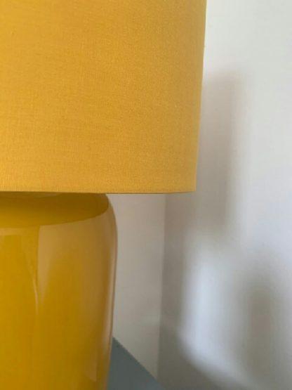 musztardowa lampa stołowa z abażurem
