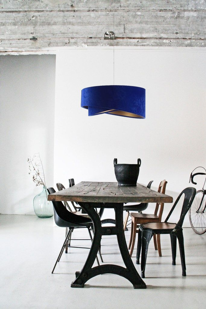 niebieska welurowa lampa nad stół do salonu