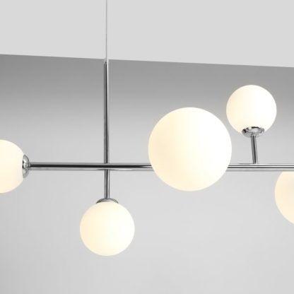 srebrna lampa wisząca ze szklanymi kulami