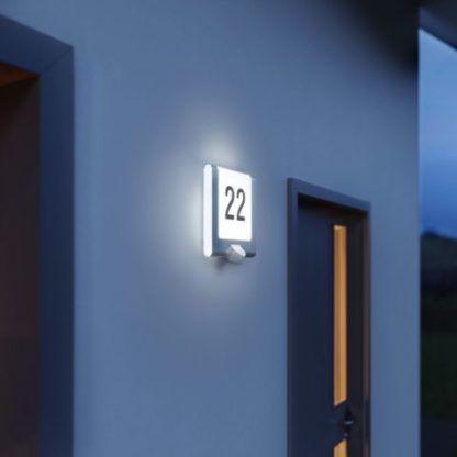 kwadratowy kinkiet z numerem domu