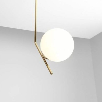złota lampa wisząca ze szklaną kulą