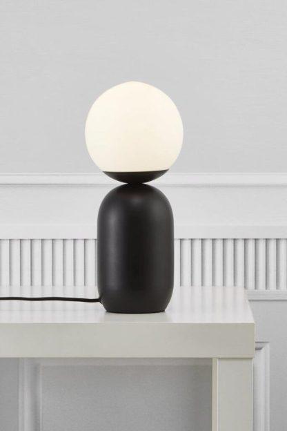 czarna lampa stołowa z białym kloszem