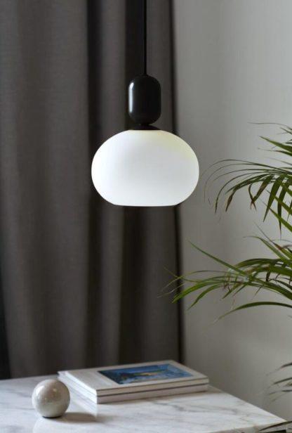 czarna lampa z białym kloszem