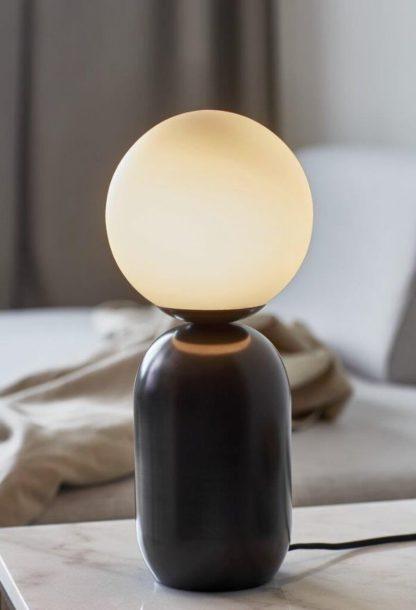 czarna lampa z mleczną kulą