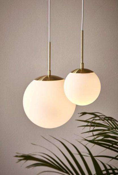 lampa wisząca z mlecznym kloszem złote elementy
