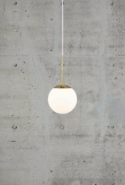 lampa wisząca ze szklaną kulą