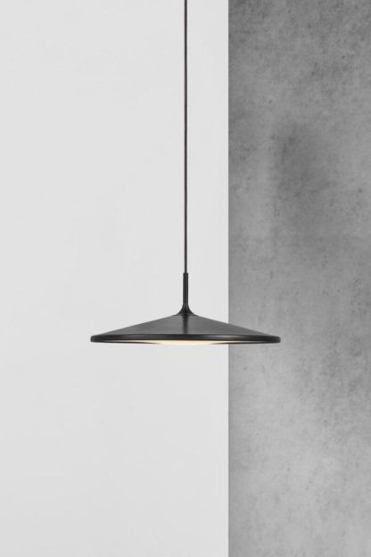 płaska lampa wisząca nad stół