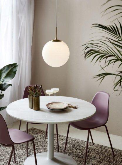 szklana lampa kula nad stół aranżacja