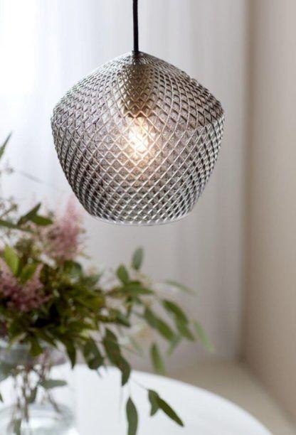 szklana lampa wisząca do salonu