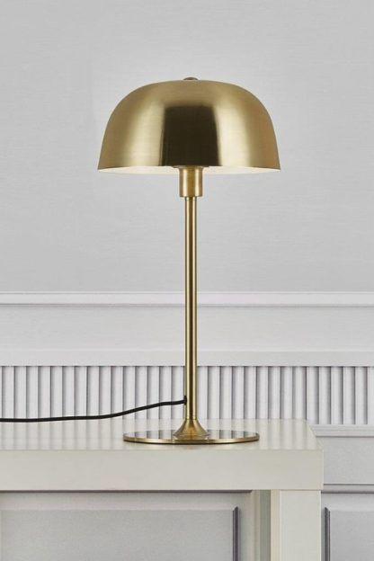 złota lampa stołowa z głębokim kloszem