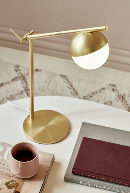 złota lampka stołowa do salonu aranżacja