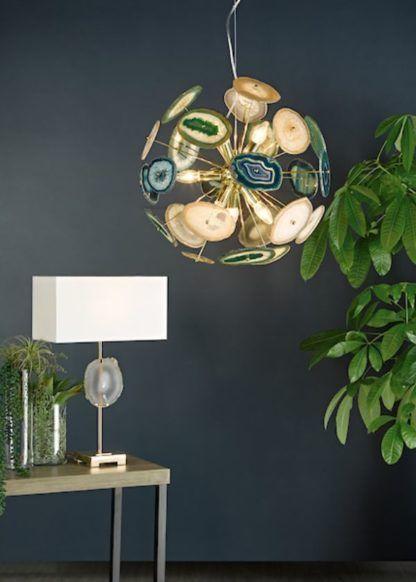 złota lampa na szarej ścianie aranżacja