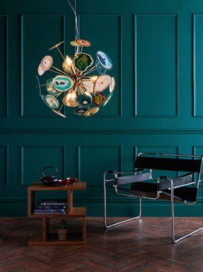 złota lampa na turkusowej ścianie aranżacja