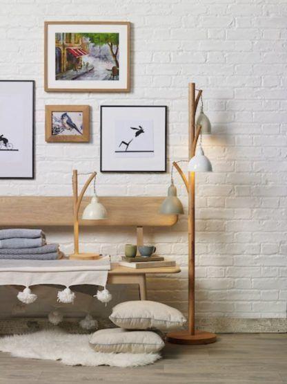 drewniane lampy na ścianie z białej cegły