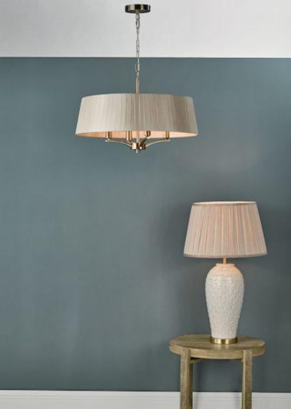 klasyczne lampy z plisowanymi abażurami