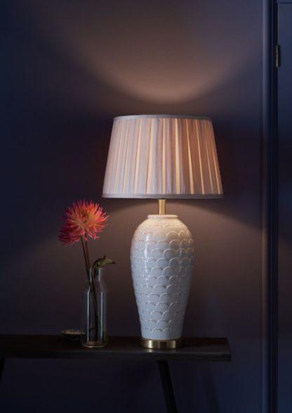 ceramiczna kremowa lampa stołowa z abażurem
