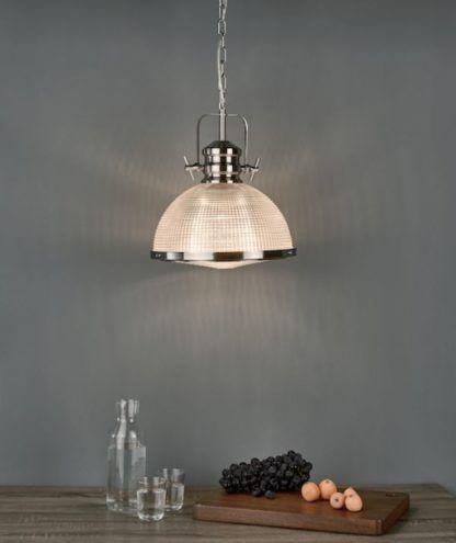 szklana lampa wisząca nad stołem
