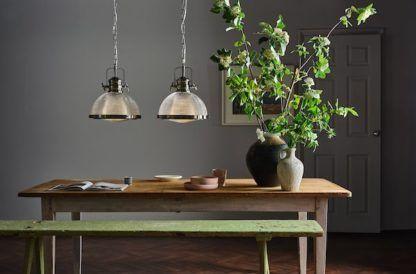 industrialna lampa wisząca nad stół