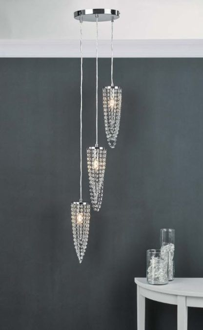 lampa wisząca kryształki na szarej ścianie aranżacja