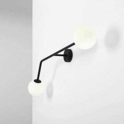 minimalistyczny kinkiet na szara scianę