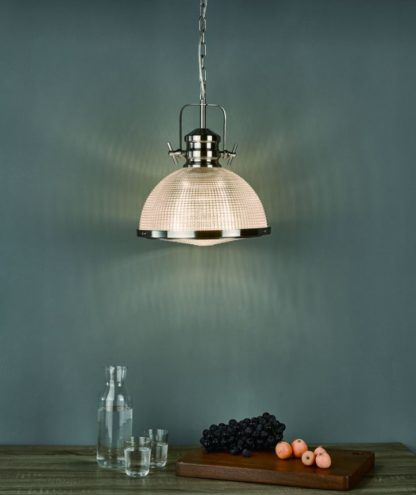 szklana lampa wisząca industrialna kuchnia