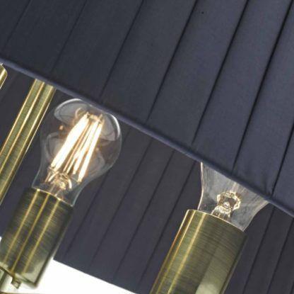złota lampa wisząca z granatowym abażurem