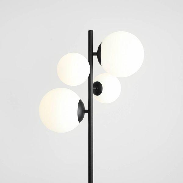 czarna lampa z białymi kulami podłogowa