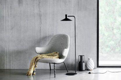 czarna lampa podłogowa szary salon