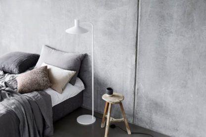 biała lampa podłogowa w sypialni