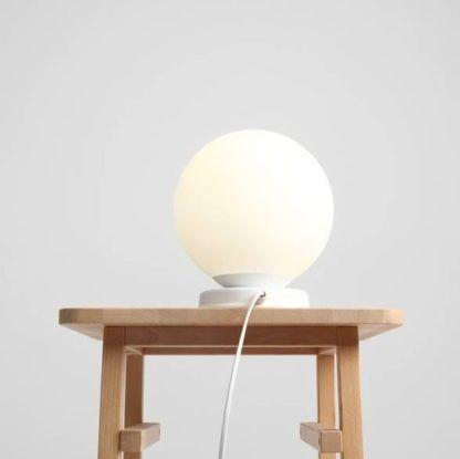 biała kula lampka nocna