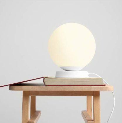 biała kulka lampa stołowa