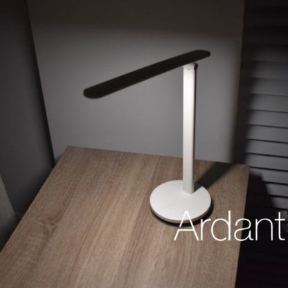 biała lampa led na biurko