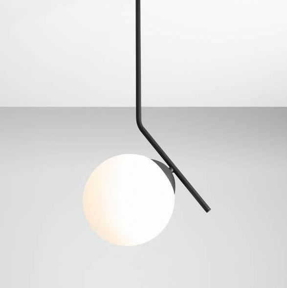 czarna lampa wisząca z białym kloszem