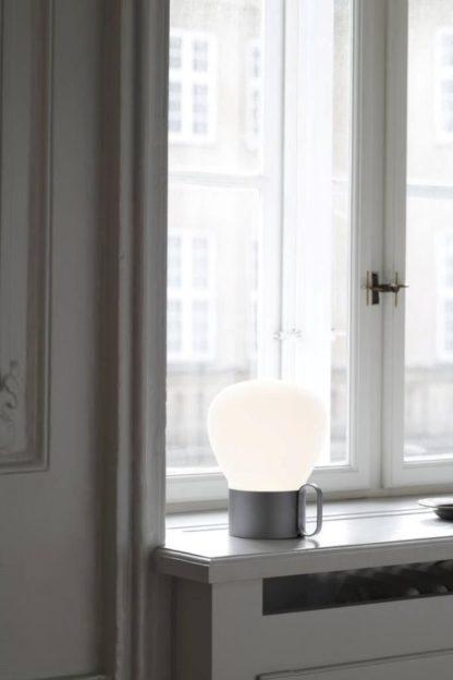 srebrna lampa stołowa na usb