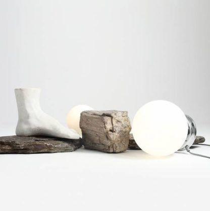 szklana lampa stołowa kula