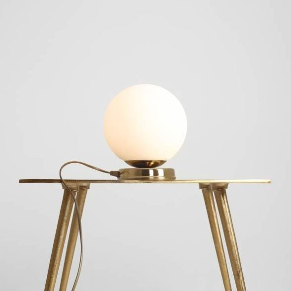 złota lampa stołowa kula