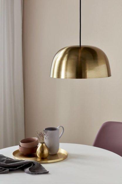 złota lampa wisząca nad stół