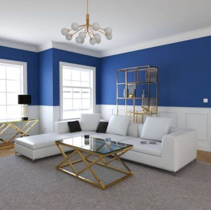 złoty żyrandol w niebieskim salonie